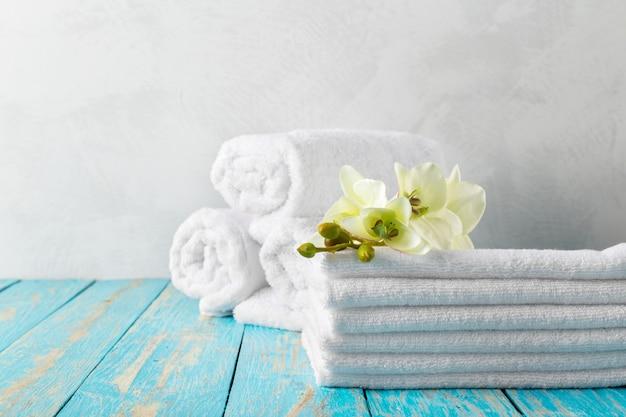 Asciugamani con fiore di orchidea Foto Premium
