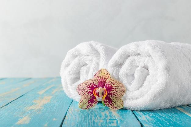 Asciugamani con fiori di orchidea Foto Premium