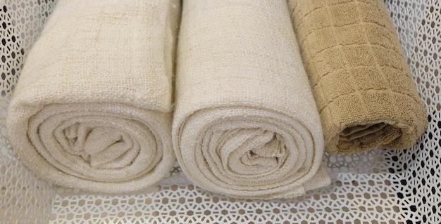 Asciugamani da bagno arrotolati bianchi o marroni o in cotone usati