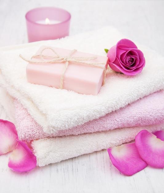 Asciugamani da bagno e sapone con rose rosa Foto Premium