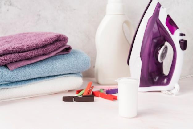 Asciugamani impilati con ammorbidente e ferro da stiro Foto Gratuite