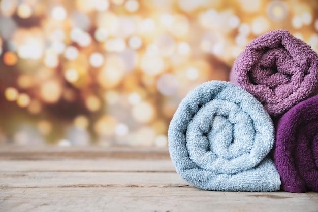 Asciugamani impilati vista frontale con il fondo del bokeh Foto Gratuite