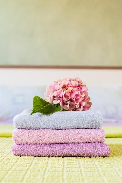 Asciugamani profumati vista frontale spa con fiore Foto Gratuite