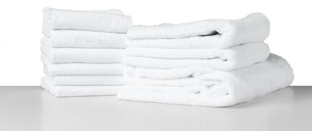 Asciugamani spa bianchi sul tavolo Foto Premium