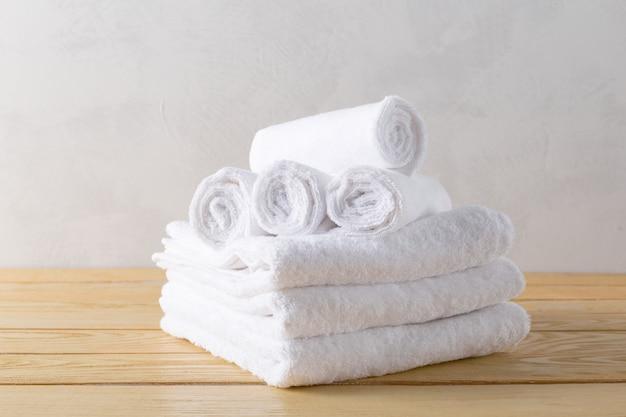 Asciugamani spa su superficie di legno Foto Premium