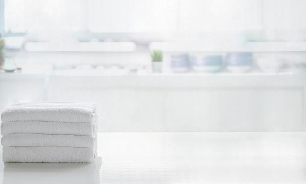 Asciugamani sul tavolo superiore bianco con lo spazio della copia sulla stanza vaga della cucina. per il montaggio della visualizzazione del prodotto. Foto Premium