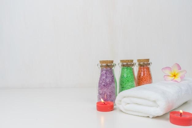 Asciugamano bianco spa e sale spa sul tavolo. Foto Premium