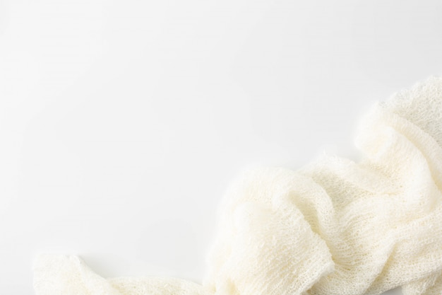 Asciugamano bianco su sfondo bianco Foto Premium