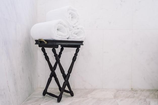 Asciugamano bianco sul tavolo Foto Gratuite