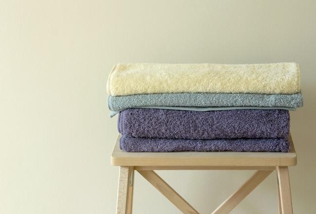 Asciugamano da bagno sul tavolo | Scaricare foto gratis