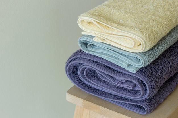 Asciugamano da bagno sul tavolo Foto Gratuite