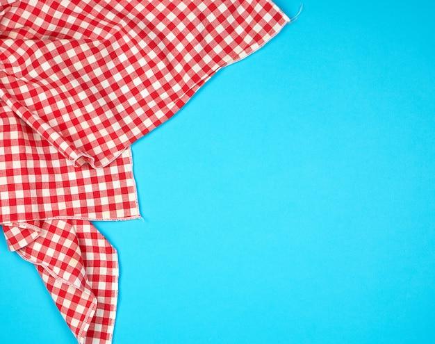 Asciugamano da cucina a quadretti rosso bianco sul blu Foto Premium