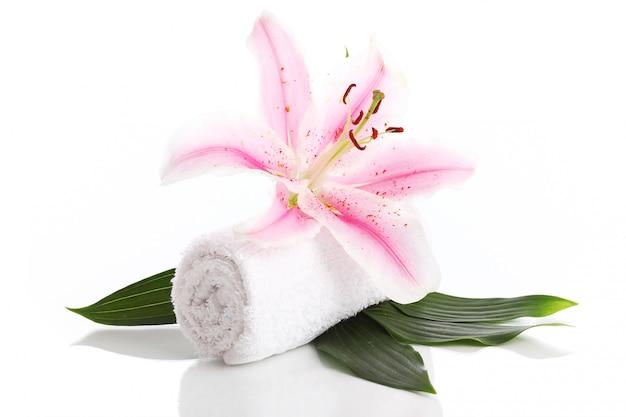 Asciugamano e fiore di giglio rosa Foto Gratuite
