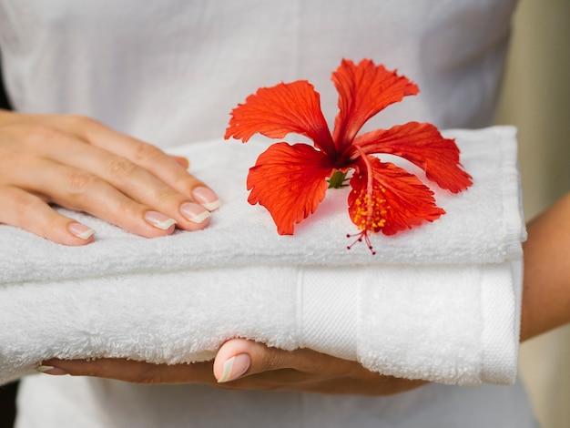 Asciugamano per vista frontale con fiore in cima Foto Gratuite