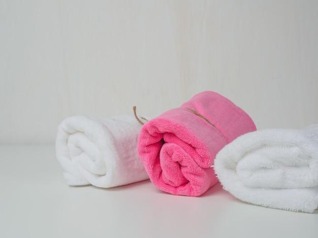 Asciugamano termale sul tavolo Foto Premium