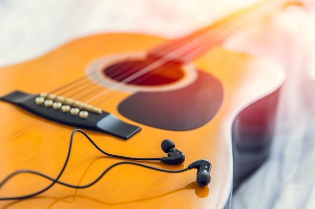 Ascoltare e suonare la musica con la chitarra, rilassare il tempo felice con il concetto di canzone Foto Premium