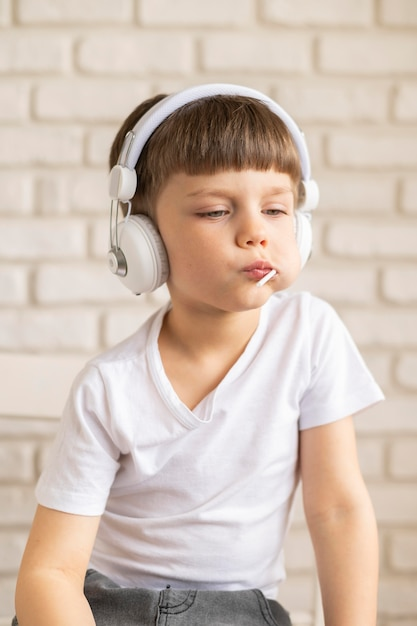 Ascolto musica da ragazzo Foto Gratuite