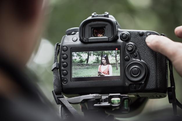Asian beauty vlogger recensione smartphone tutorial vlog clip virale su live streaming e dietro il cameraman Foto Premium