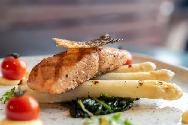 Asparagi bianchi di salmone alla griglia Foto Premium