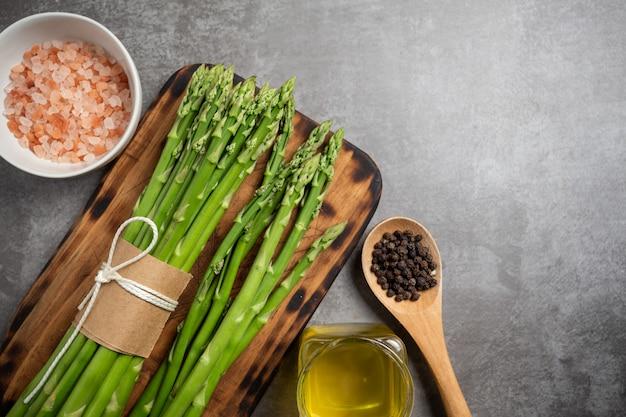 Asparagi verdi freschi sul tavolo. Foto Gratuite