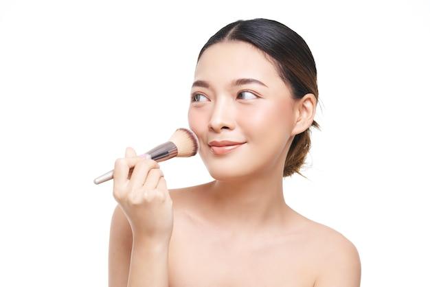 Aspetto naturale, donna asiatica, trattamento viso, cosmetologia, trattamento di bellezza. Foto Premium