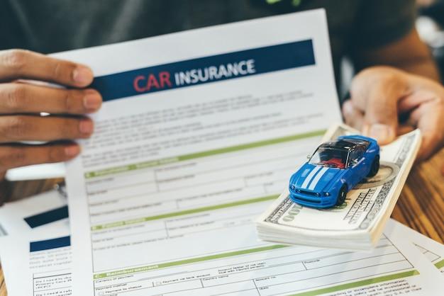 Assicurazione auto e polizza di sicurezza. Foto Premium