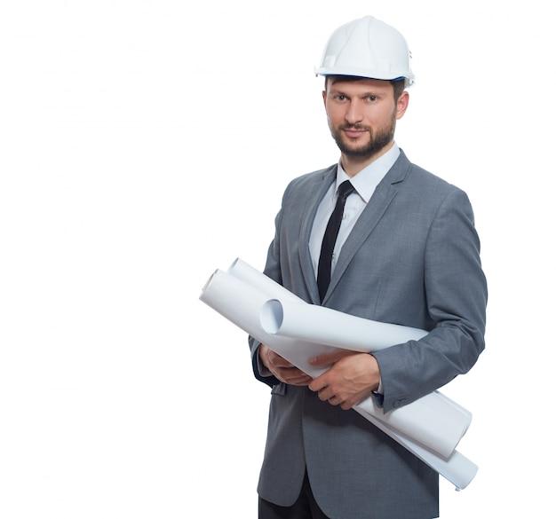 Assistente tecnico che porta in cappello di sicurezza e suite grigia che sorride alla macchina fotografica. isolare su sfondo bianco. Foto Premium