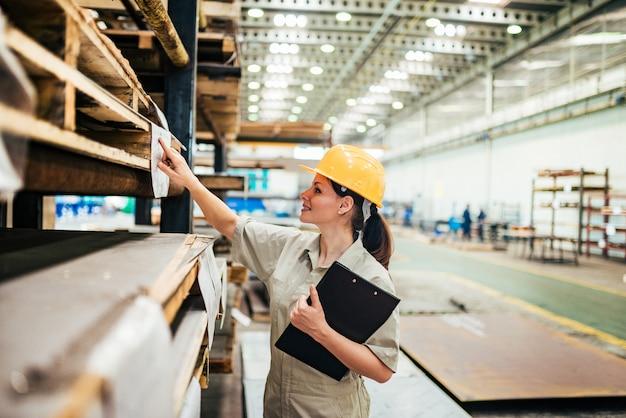 Assistente tecnico femminile che lavora alla fabbrica di industria pesante. Foto Premium