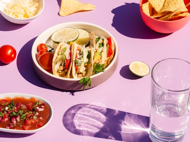 Assortimento ad alto angolo con tacos e tortilla chips Foto Gratuite