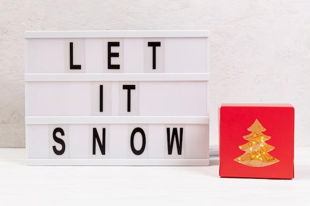 Assortimento con neve e segno Foto Gratuite