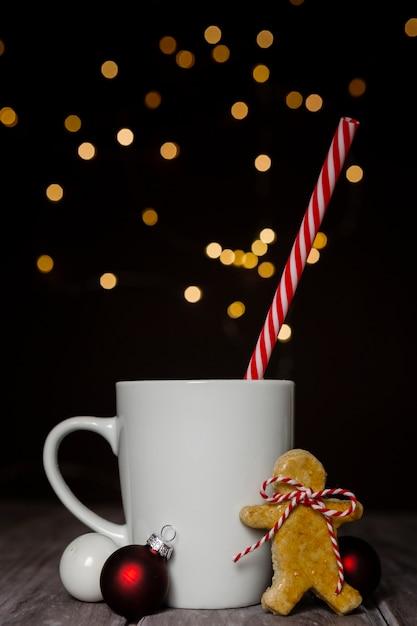 Assortimento con tazza e biscotto di panpepato Foto Gratuite
