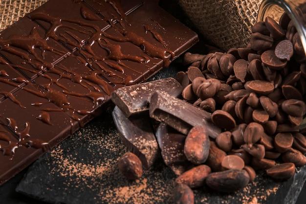 Assortimento delizioso del cioccolato sul primo piano scuro del panno Foto Gratuite