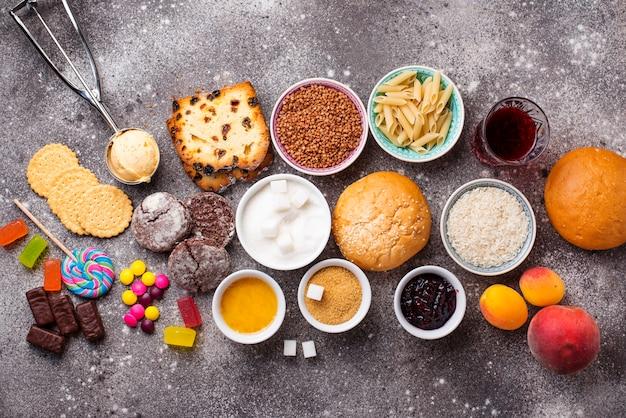 Assortimento di alimenti a base di carboidrati semplici Foto Premium