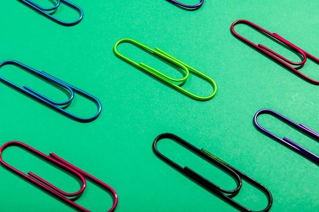 Assortimento di alta vista graffette colorate Foto Gratuite