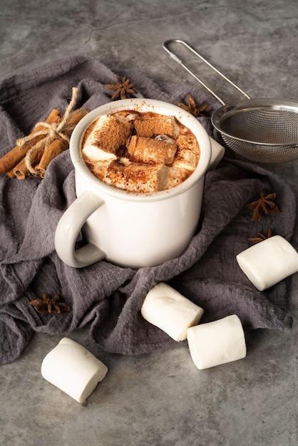 Assortimento di alto angolo con marshmallow in una tazza Foto Gratuite