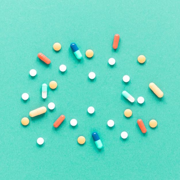 Assortimento di close-up di medicina colorata sul tavolo Foto Gratuite