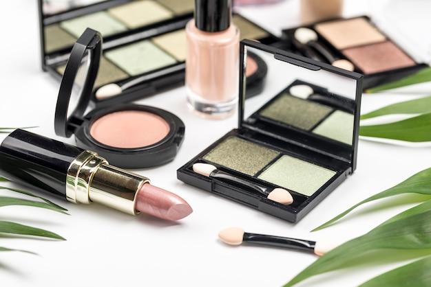 Assortimento di cosmetici diversi ad alto angolo Foto Gratuite