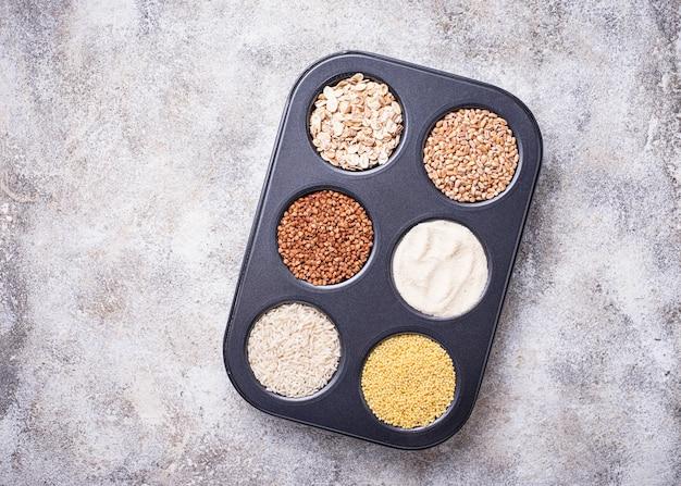 Assortimento di diverse semole e cereali Foto Premium