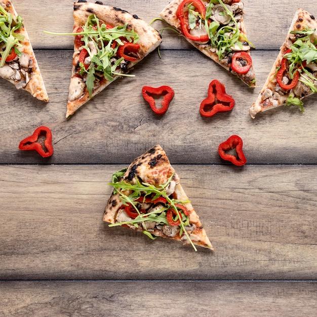 Assortimento di fette di pizza vista dall'alto Foto Gratuite