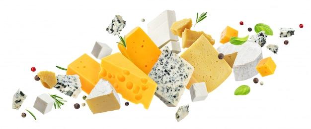 Assortimento di formaggi isolato su bianco Foto Premium