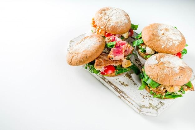 Assortimento di hamburger di pesce e pesce Foto Premium
