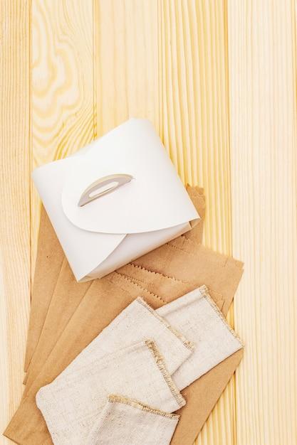 Assortimento di imballaggi ecocompatibili, zero rifiuti, carta, vetro e tessuto senza riciclaggio Foto Premium