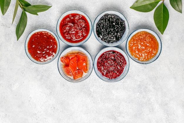 Assortimento di marmellate dolci e frutta e bacche di stagione Foto Gratuite