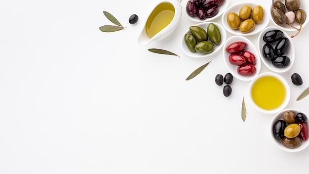 Assortimento di olive colorate con spazio di copia Foto Gratuite