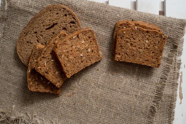 Assortimento di pane al forno sul fondo della tavola in legno Foto Premium