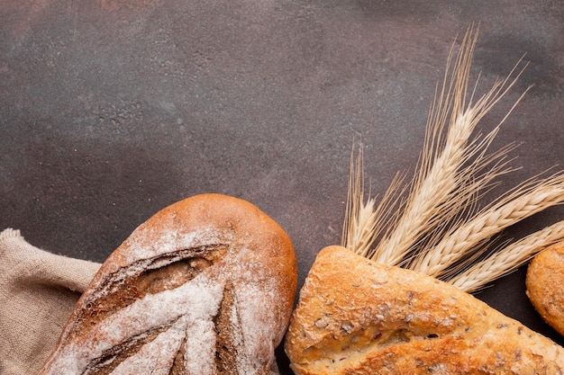 Assortimento di pane con greass di grano Foto Gratuite
