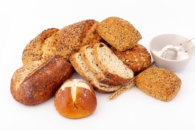 Assortimento di pane con una tazza di farina Foto Gratuite