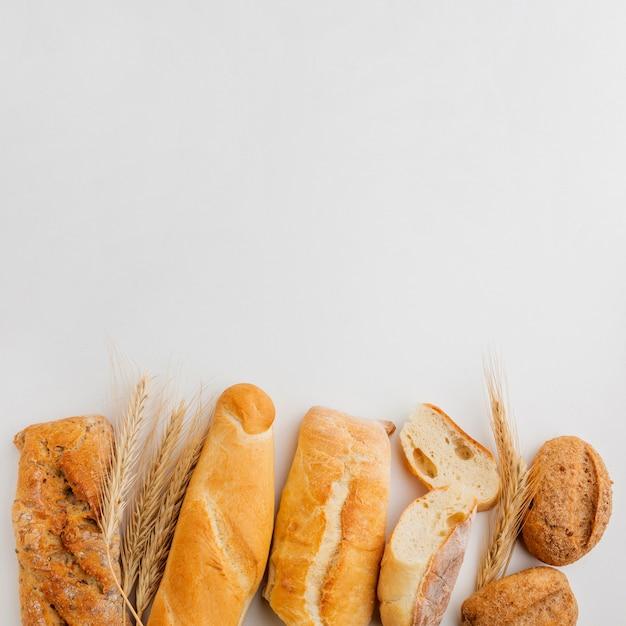 Assortimento di pasticceria con erba di grano Foto Gratuite