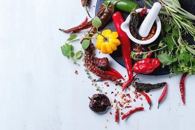 Assortimento di peperoncini ed erbe aromatiche Foto Premium