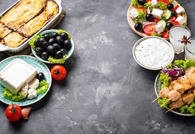 Assortimento di piatti tradizionali greci Foto Premium